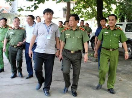 Thiếu tướng Đoàn Duy Khương - Giám đốc CATP Hà Nội cùng lãnh đạo huyện Quốc Oai thăm cơ sở vật chất của CAH vừa được huyện bố trí, sắp xếp