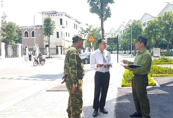 Lực lượng giữ gìn an ninh ở cơ sở tại huyện Hoài Đức (Hà Nội) luôn chủ động công tác trao đổi, nắm tình hình với người dân