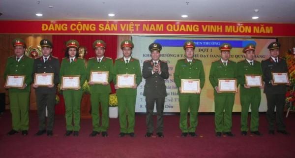 Thiếu tướng Đoàn Ngọc Hùng trao quyết định cho các tập thể, cá nhân của CAQ Hai Bà Trưng lập thành tích xuất sắc trong năm công tác 2018