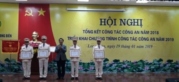 Đồng chí Nguyễn Mạnh Trình - Phó chủ tịch UBND quận Long Biên trao quyết định khen thưởng cho các tập thể, cá nhân của CAQ Long Biên