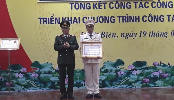 Thừa ủy quyền của lãnh đạo cấp trên, Thiếu tướng Đào Thanh Hải trao Bằng khen của Thủ tướng Chính phủ tặng tập thể đội CSĐT tội phạm về ma túy CAQ Long Biên