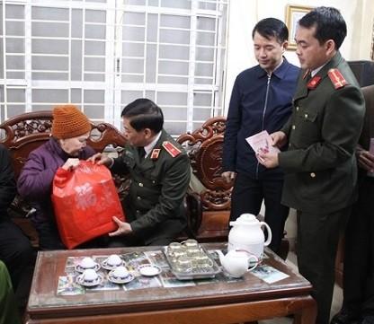 Đoàn công tác thăm hỏi và tặng quà bà Nguyễn Thị Hải, vợ liệt sỹ trên địa bàn phường Tây Tựu, quận Bắc Từ Liêm