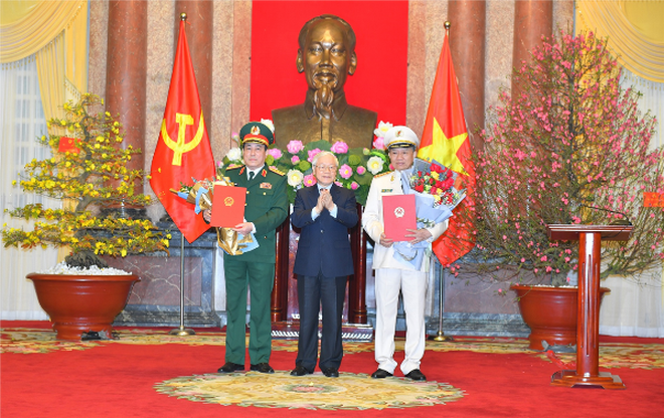 Tổng Bí thư, Chủ tịch nước Nguyễn Phú Trọng trao các Quyết định thăng cấp bậc hàm Đại tướng đối với Bộ trưởng Tô Lâm và đồng chí Lương Cường