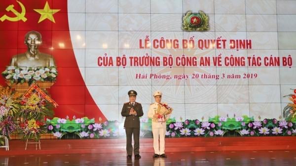 Thượng tướng Nguyễn Văn Thành, Thứ trưởng Bộ Công an trao Quyết định của Bộ trưởng Bộ Công an bổ nhiệm Đại tá Lê Ngọc Châu giữ chức Giám đốc CATP Hải Phòng