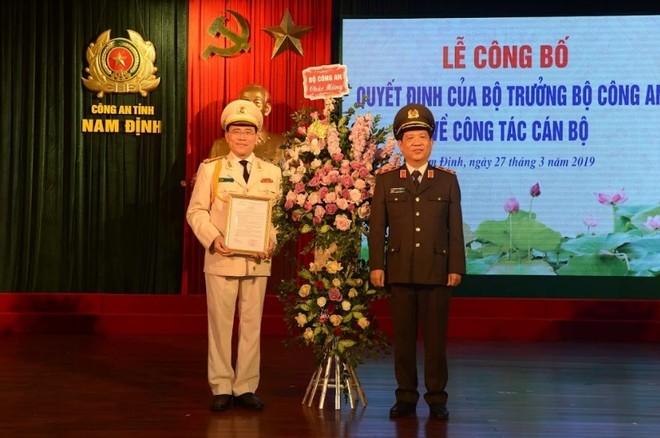 Trung tướng Nguyễn Văn Sơn, Thứ trưởng Bộ Công an trao quyết định bổ nhiệm Giám đốc Công an tỉnh Nam Định và tặng hoa chúc mừng Đại tá Phạm Văn Long