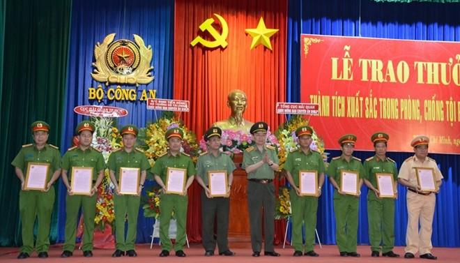 Đại tướng - Bộ trưởng Tô Lâm trao quyết định khen thưởng cho các thành viên ban chuyên án