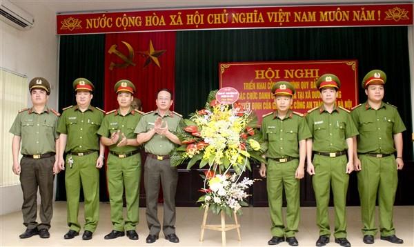 Thượng tá Bùi Nam Hải chúc mừng Ban Công an xã Dương Quang