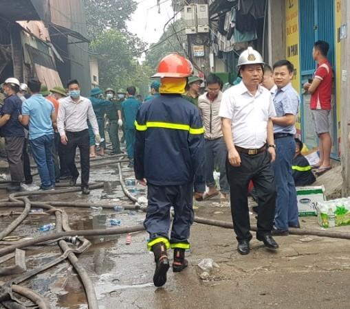 Thiếu tướng Đoàn Ngọc Hùng - Phó Giám đốc CATP Hà Nội đến hiện trường chỉ đạo công tác tìm kiếm cứu hộ, cứu nạn