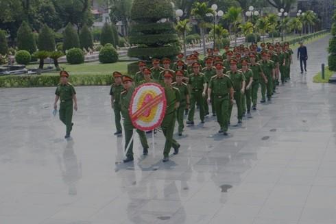 Đoàn công tác phòng Cảnh sát Môi trường dâng hương tại nghĩa trang Đồi A1