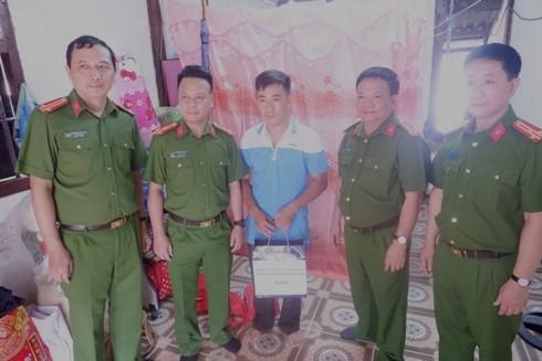 Đại diện đoàn công tác trao quà tặng CBCS Công an tỉnh Điện Biên có hoàn cảnh khó khăn