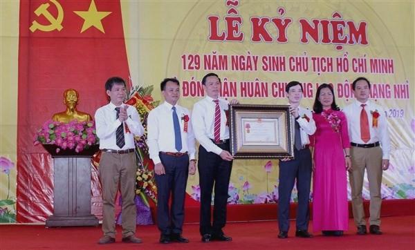 Bí thư huyện ủy Nguyễn Huy Việt trao Huân chương Lao động hạng Nhì cho đại diện lãnh đạo xã Đình Xuyên