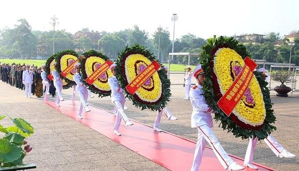 Các đồng chí lãnh đạo Đảng, Nhà nước vào viếng Chủ tịch Hồ Chí Minh