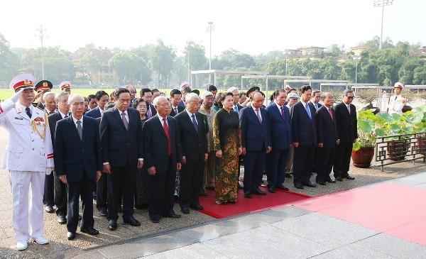 Các đồng chí lãnh đạo Đảng, Nhà nước, Mặt trận Tổ quốc Việt Nam tưởng nhớ Chủ tịch Hồ Chí Minh.
