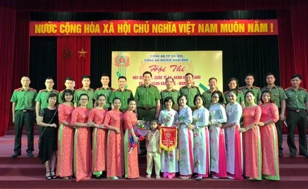 Đại tá Đỗ Đức Quang - Trưởng CAH Hoài Đức cùng đại diện các đội thi