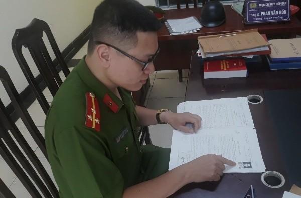 Thượng úy Nguyễn Thế Huy tra cứu thông tin truy nã về đối tượng Lê Anh Tuấn
