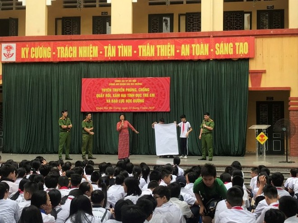 """Ban Giám hiệu và chuyên gia, các chiến sỹ Công an nhiệt tình tham dự buổi """"nói chuyện chuyên đề"""" tại trường THCS Vân Hồ"""