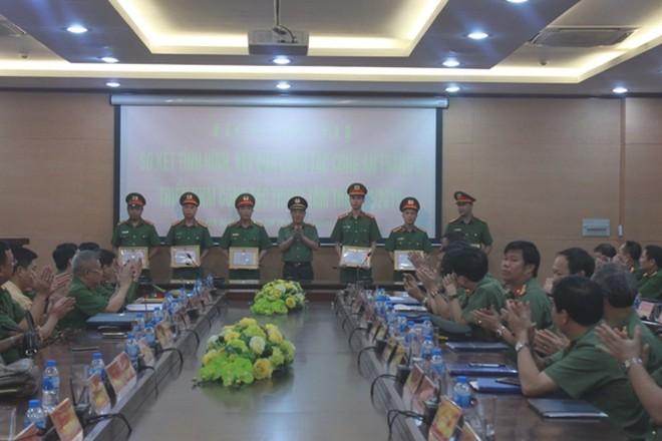 Trung tướng Đoàn Duy Khương trao quyết định khen thưởng