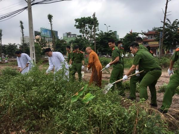 Các vị chức sắc tôn giáo cùng đoàn thanh niên Công an TP. Hà Nội chung tay dọn sạch dẹp rác thải khu vực hồ Linh Đàm