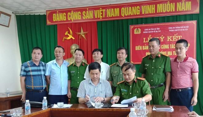 Đại diện Ban Giám đốc Công an tỉnh Hà Tĩnh chứng kiến việc ký Quy chế phối hợp giữa hai lực lượng CSĐT tội phạm về ma túy Công an Hà Nội - Hà Tĩnh