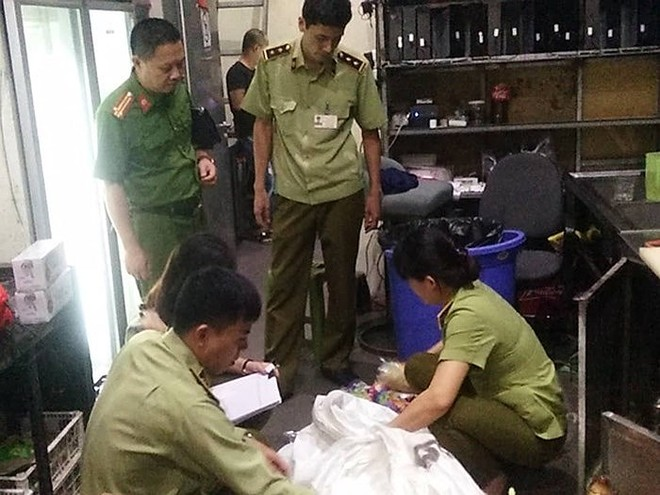 Lực lượng liên ngành thuộc BCĐ 389 TP. Hà Nội xử lý cơ sở kinh doanh bóng cười