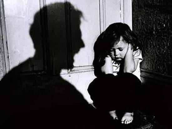 Con trẻ thường có nguy cơ đối diện với những hiểm nguy từ...người lớn (ảnh minh họa)