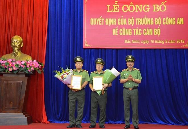 Thứ trưởng Nguyễn Văn Thành chúc mừng Đại tá Nguyễn Văn Long và Đại tá Nguyễn Hữu Hưng