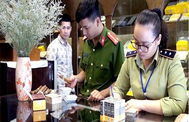 Lực lượng chức năng xử lý 1 cơ sở kinh doanh xì gà vi phạm trên địa bàn quận Hoàn Kiếm