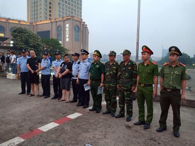 Lực lượng chức năng Việt Nam bàn giao đối tượng người Trung Quốc trốn truy nã