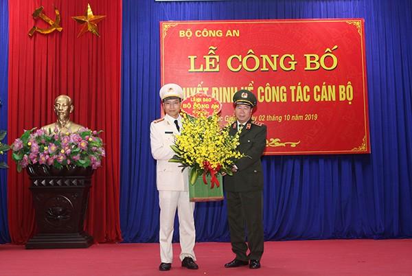 Thượng tướng Bùi Văn Nam – Thứ trưởng Bộ Công an, tặng hoa chúc mừng đồng chí tân Giám đốc Công an tỉnh Bắc Giang