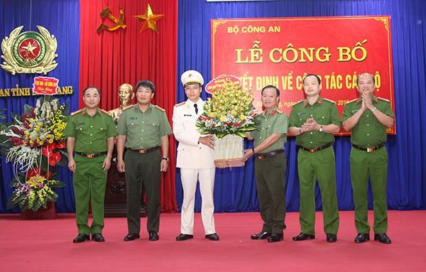 Ban Giám đốc Công an tỉnh Bắc Giang tặng hoa chúc mừng đồng chí Thượng tá
