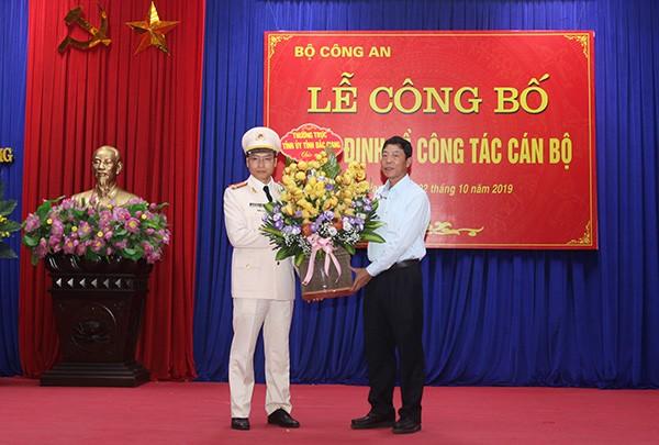 Đồng chí Bùi Văn Hải - Bí thư Tỉnh ủy Bắc Giang tặng hoa chúc mừng tân Giám đốc Công an tỉnh Bắc Giang