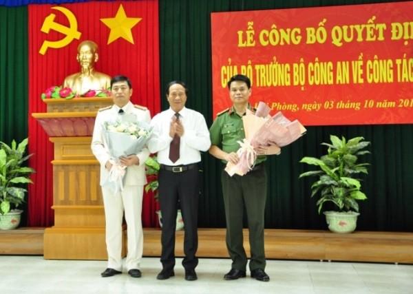 Đồng chí Lê Văn Thành, Bí thư Thành ủy, Chủ tịch HĐND thành phố tặng hoa chúc mừng Đại tá Vũ Thanh Chương và Đại tá Lê Ngọc Châu