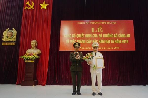 Thiếu tướng Nguyễn Anh Tuấn trao Quyết định của Bộ trưởng Bộ Công an thăng cấp bậc hàm Đại tá đối với đồng chí Mai Trọng Thắng