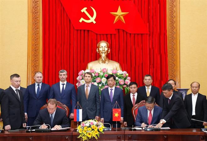 Bộ trưởng Tô Lâm và Giám đốc Zolotov Victor Vasilyevich ký Bản ghi nhớ về hiểu biết lẫn nhau giữa Bộ Công an Việt Nam và Cơ quan Vệ binh quốc gia Liên bang Nga.