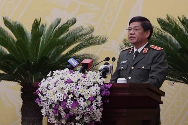 Trung tướng Đoàn Duy Khương - Giám đốc CATP trao đổi, trả lời những vấn đề mà cử tri, đại biểu quan tâm