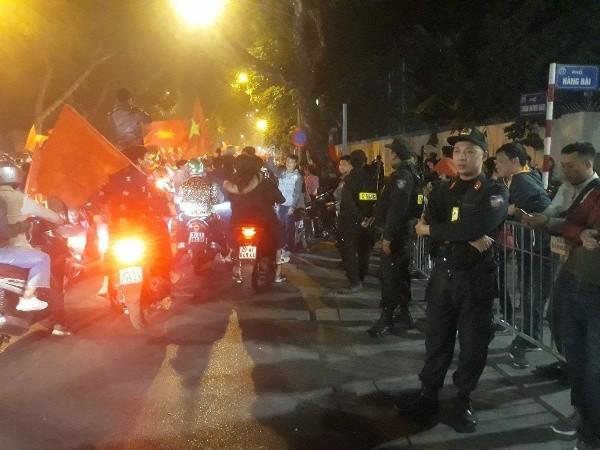 Những sắc phục kiên trì, thân thiện giữa biển người hâm mộ sau trận chung kết bóng đá nam Việt Nam – Indonesia ảnh 6