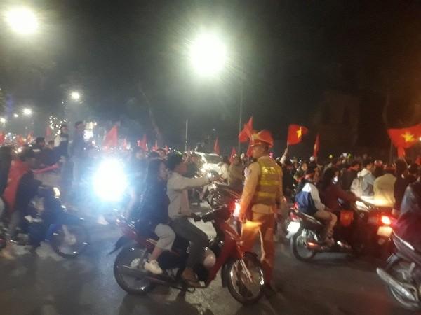 Những sắc phục kiên trì, thân thiện giữa biển người hâm mộ sau trận chung kết bóng đá nam Việt Nam – Indonesia ảnh 7