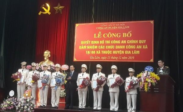 Bí thư Huyện ủy, Chủ tịch UBND huyện Gia Lâm, đồng chí Lê Anh Quân chúc mừng 8 đồng chí tân trưởng Công an xã