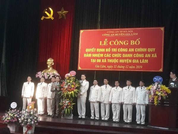 Đại diện lãnh đạo xã Đình Xuyên chúc mừng ban chỉ huy và CBCS Công an xã
