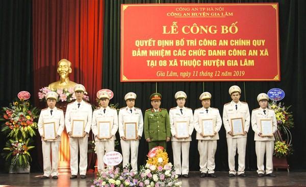 Đại tá An Thanh Bình - Trưởng CAH Gia Lâm chúc mừng 8 đồng chí chỉ huy Công an 8 xã
