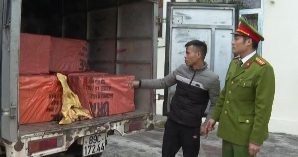 """Tài xế kiểm chủ hàng chở hơn 1 tấn thực phẩm """"bẩn"""""""