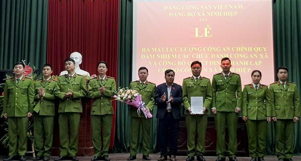 Lãnh đạo Đảng ủy xã Ninh Hiệp chúc mừng Chi bộ Công an xã