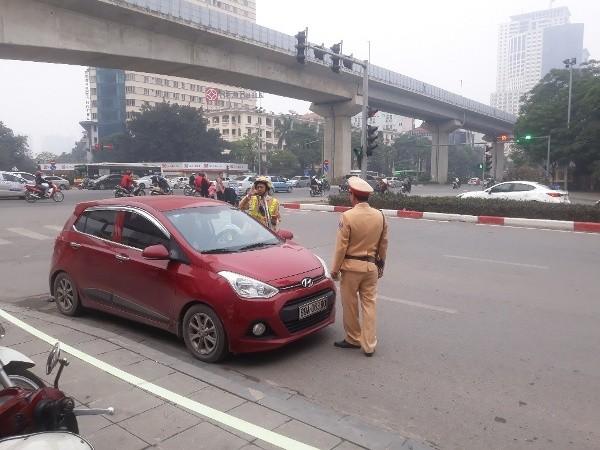 Lực lượng Cảnh sát giao thông kiểm tra trường hợp phương tiện vi phạm Luật giao thông