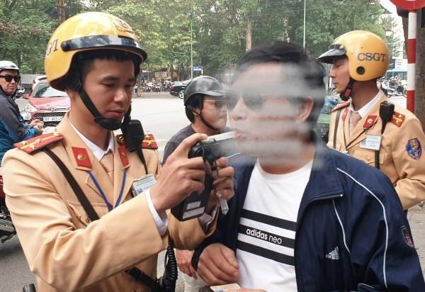 Lực lượng CSGT thử nồng độ cồn 1 người có dấu hiệu sử dụng bia rượu khi lái xe