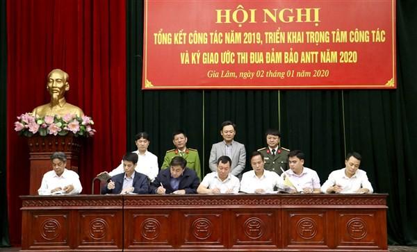 Các đại biểu ký giao ước thi đua bảo vệ ANTT Tết Canh Tý.