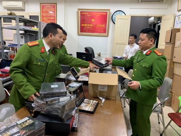Lực lượng chức năng kiểm đếm số xì gà bị thu giữ