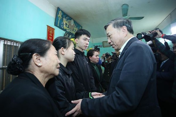 Bộ trưởng Tô Lâm mong muốn, động viên thân nhân 3 đồng chí đã anh dũng hy sinh, cố gắng vượt qua mọi nỗi đau, khó khăn để vững bước ở cuộc sống phía trước