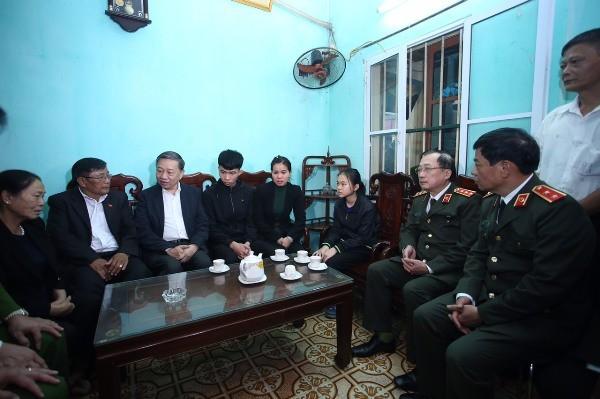 Bộ trưởng Tô Lâm ân cần thăm hỏi, động viên thân nhân đồng chí Thượng tá Nguyễn Huy Thịnh