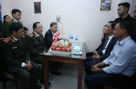 Bộ trưởng Tô Lâm cùng các thành viên trong đoàn công tác chia sẻ nỗi đau mất mát, và khẳng định sự hy sinh anh dũng của Thượng tá Nguyễn Huy Thịnh, Trung úy Phạm Công Huy và Thiếu úy Dương Đức Hoàng Quân sẽ được nhân rộng toàn lực lượng CAND