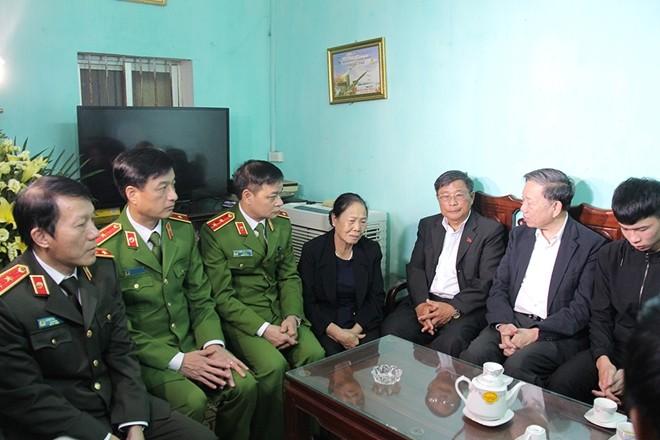 Bộ trưởng Tô Lâm dẫn đầu đoàn công tác Bộ Công an thăm hỏi thân nhân đồng chí Nguyễn Huy Thịnh, chiều 11-1-2020